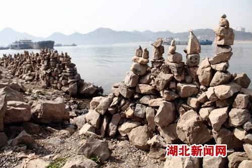 闸锚地江边堆建石头墙