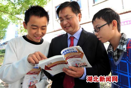 湖北新闻网 宜昌教师自编快速英语教辅书(图