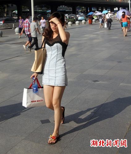 武汉街头美女顶着烈日出行
