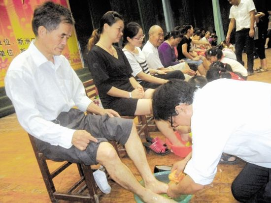 学开学典礼组织学生给家长洗脚