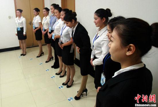 中新网武汉11月21日电 (记者 张芹)继东航、国航两家航空公司在武汉招聘空乘人员(航空安全员)不足一周后,21日,南航再次开启武汉站招募工作。面试首日即吸引数千名帅哥靓女参与竞争。   就在本月初,包括海南航空、天津航空、首都航空在内的7家航空公司也曾在此揽才。如此密集的公开招聘,吸引了众多武汉及周边省市高校学子、社会人员应聘,更在当地掀起报考空乘热潮。   对此,南航股份人力资源招聘经理于雷表示,随着中国各大航空公司客流量和航班班次的快速增长,对空乘的需求也大幅增长。此外,空乘人员休假制度调整后