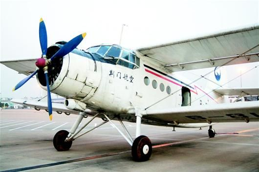 航拍小飞机降落武汉偏离跑道 天河机场封闭1小时