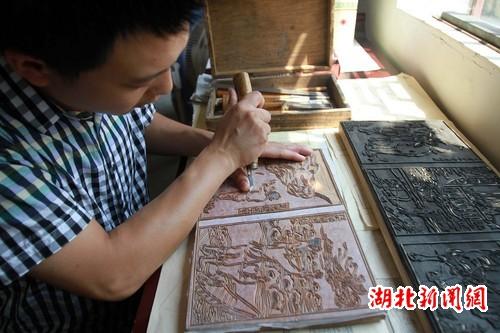 家中进行木板雕刻创作