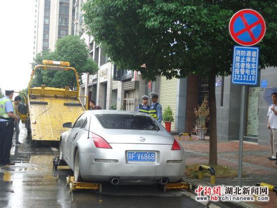 """子上明显写着""""消防通道,禁止停车""""的标志. 尚华珍 摄-襄阳万达"""