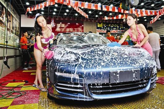襄阳新闻网湖北一美女所喂奶比基尼汽车洗商场在美女推出图片