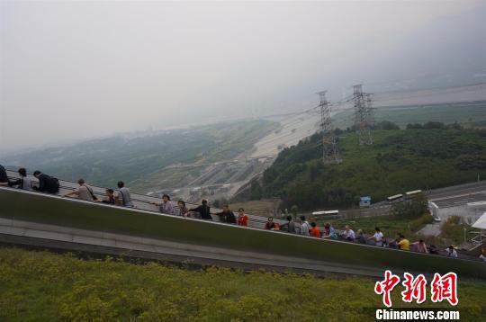 三峡大坝旅游景点门票免费首日5510人入园游览(图)
