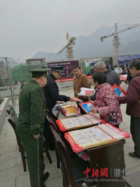 中新网湖北 咸丰县公安局组织开展春节禁毒宣传工作