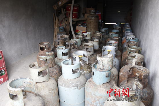 男子居民楼内私藏50罐液化气 警方依法查处