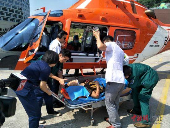 货车山区高速追尾乘客重伤 高警用直升机送医