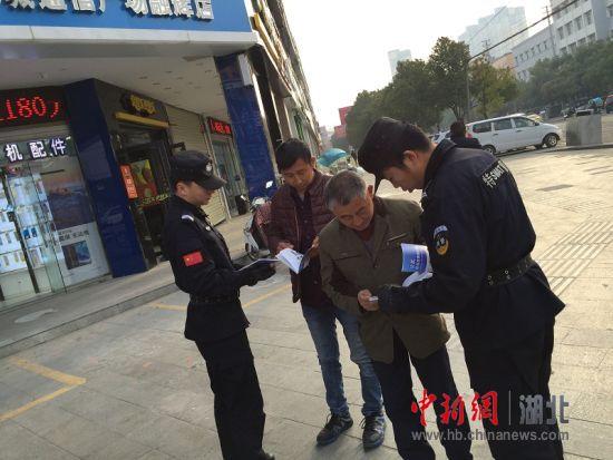 澳门赌博送彩金:麻城警方走上街头开展反恐宣传活动