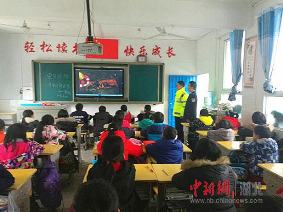 重庆时时彩开奖app:鹤峰警方着力上好偏远地区学校交通安全知识课