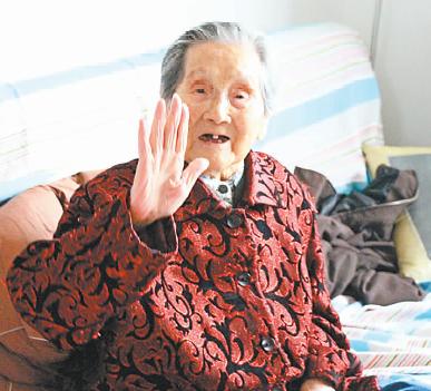 澳门在线电子游艺:90岁时步行10公里去看戏_102岁婆婆喜欢出门走走路
