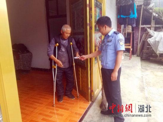6号国际娱乐平台黑钱:鹤峰民警上门为残疾人办证获赞誉(图)