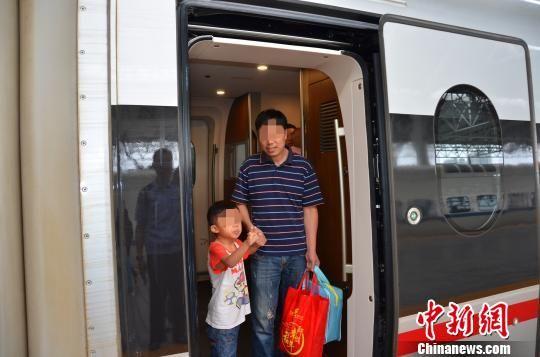 男童患病无钱治疗遭家人遗弃 民警跨省接力助其回家