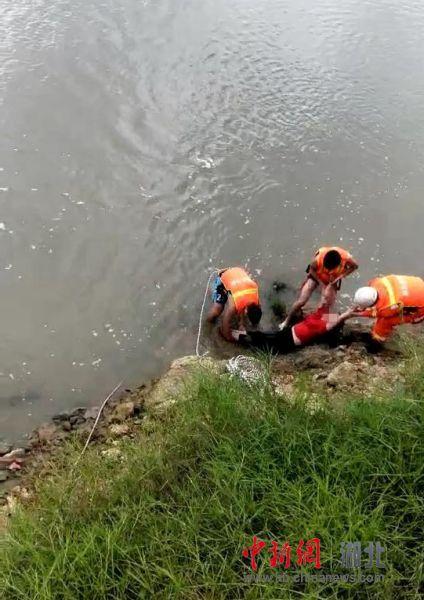 澳门线上娱乐送彩金:女子跳下十几米高大桥_辅警消防战士深水合力救人