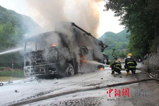 北京赛车平台:混泥土泵车起火引燃油箱_好心司机拉水泥助消防灭火