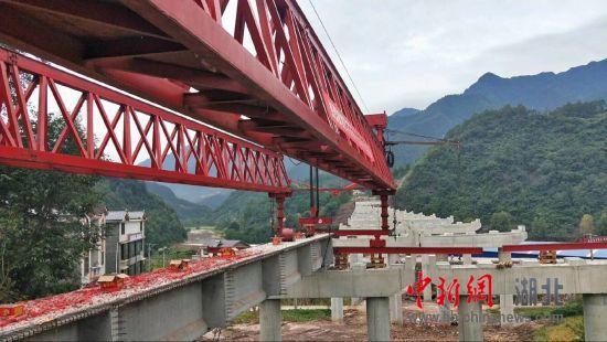 巴万高速公路万源段T梁架设施工取得新进展