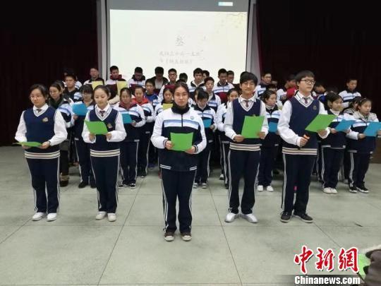 武汉一中学生串起全班56位同窗姓名 为班级作赋