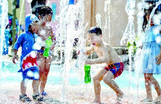 """孩子们在武汉市对象湖区一处室外喷泉广场戏水 楚天都会报讯(记者陈希 萧颢)白露昨在""""秋老虎""""制造的暑气腾腾中签到"""