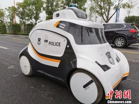 南京消息网导读:警用无人巡视车亮相武汉 投入军运会赛事安保