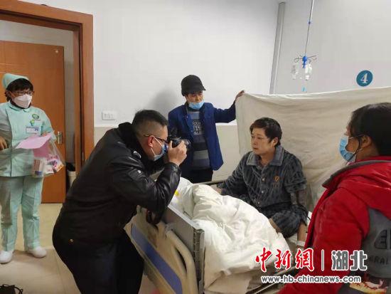 利川民警上门办证 为病重村民解难题