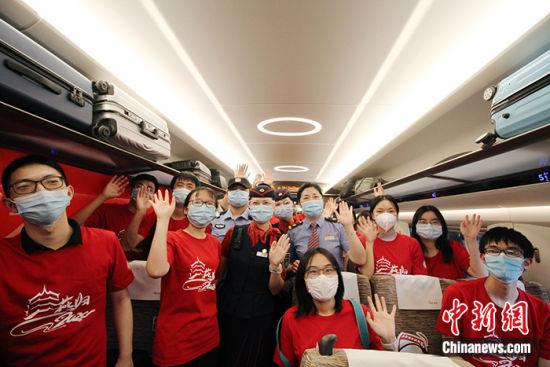 首批湖北籍大学生搭乘高铁返京