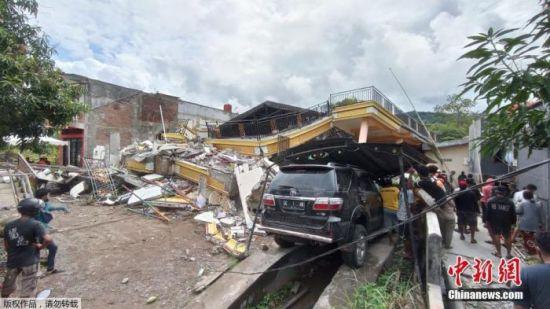 印尼强震已致78人死逾800人伤 大雨阻碍搜救工作