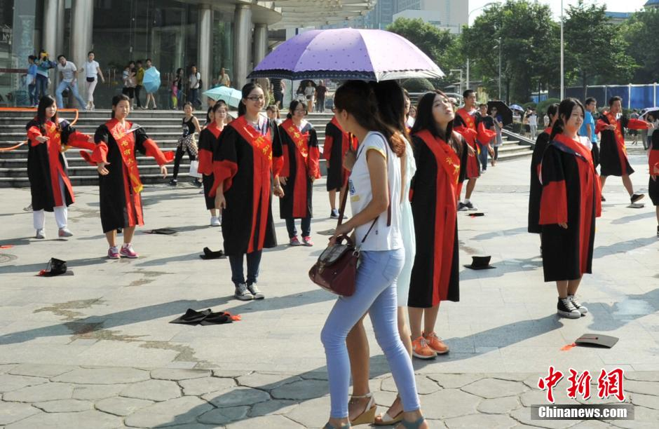 美女街头穿博士服跳广播体操完爆广场舞 图片