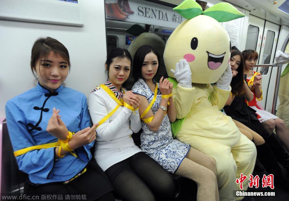 武汉地铁现遭捆绑美女 求乘客解套减压 图片