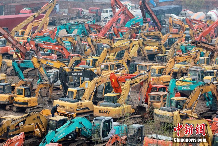 武汉轻轨旁现挖掘机栖息地 百余台壮观聚集