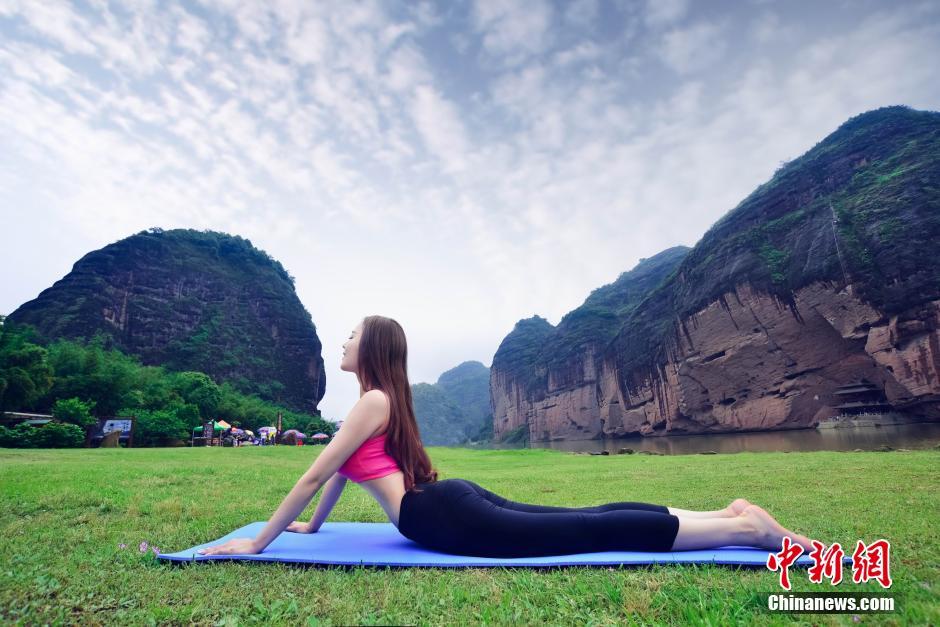花龙虎山打太极练瑜伽 大秀完美身材 图片频