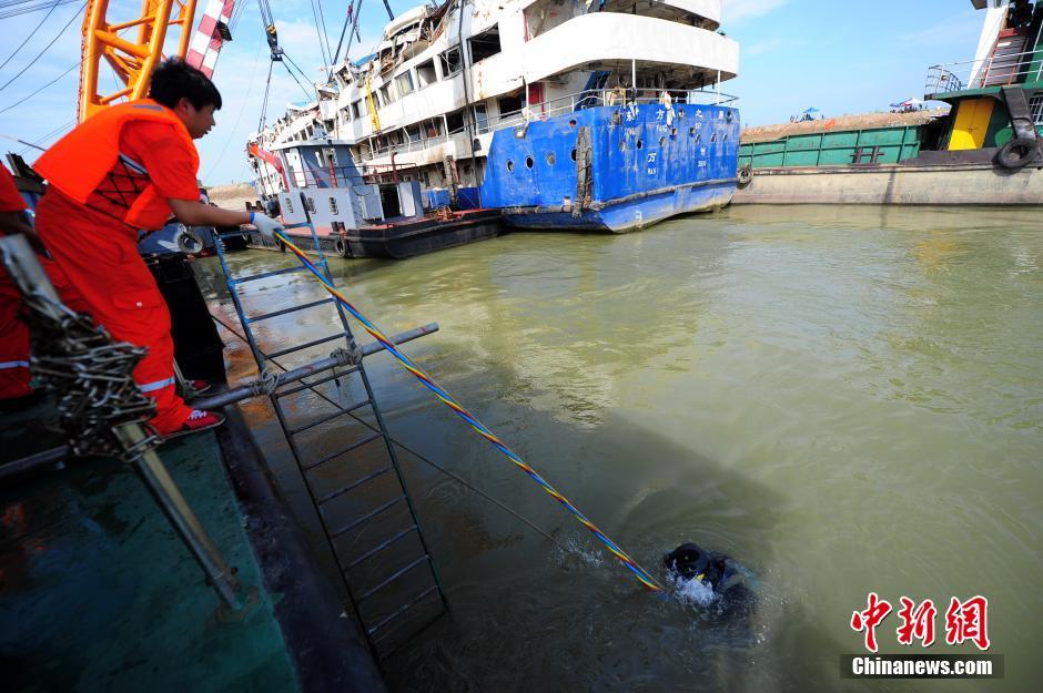 潜水员水下搜救东方之星客轮遇难者 图片频