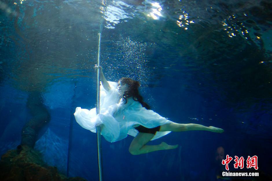 武汉美女水中表演钢管舞 性感与梦幻相映成色