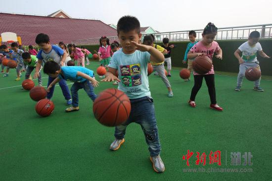 宜昌一幼儿园成立娃娃篮球队 - 中新网湖北图