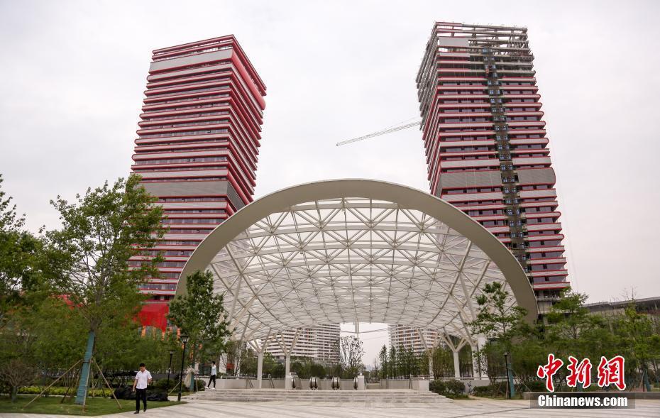 武汉两栋在建大楼外形奇特 酷似高耸书堆