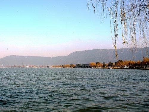 """荷香洲,鸣禽洲,桃花岛等七岛形成""""湖中有岛,岛中有湖""""的独特景观,水上"""