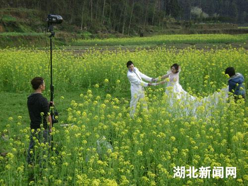 湖北新闻网 旅游频道 图:来凤县大河镇油菜花开引客