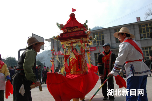 湖北新闻网 新农村 图:来凤县大河镇福利院里闹新春